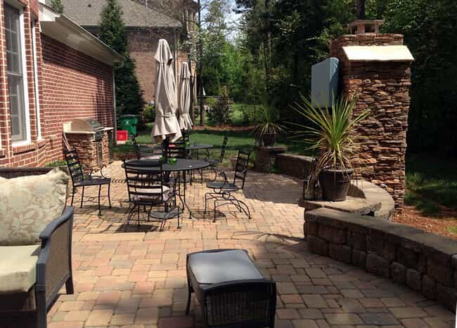 Huntersville paver patio with seating wall and outdoor furniture