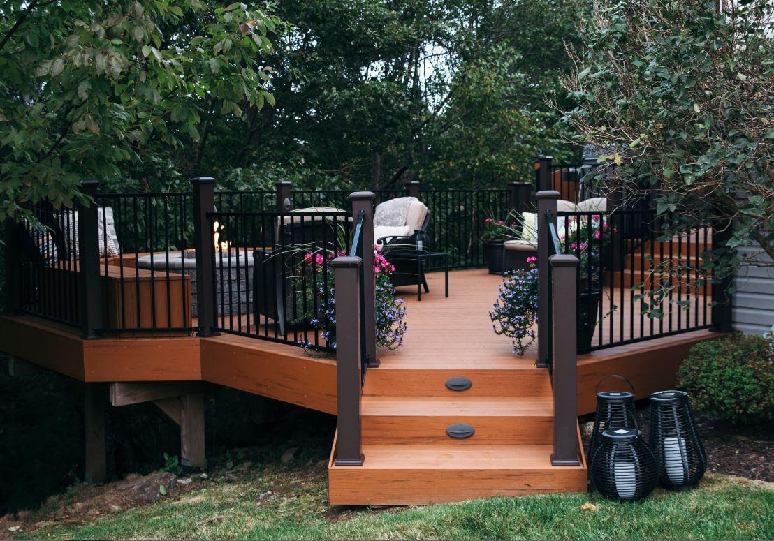 Beautiful composite deck with aluminum railing